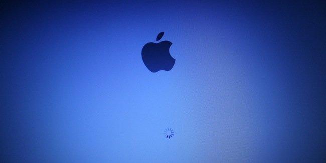 mac-arrancando-manzana.jpeg