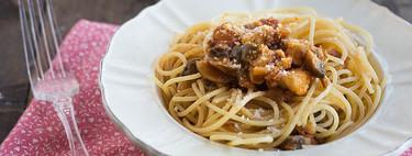 Espaguetis al huevo con pollo y portobello, receta de aprovechamiento rápida y sencilla