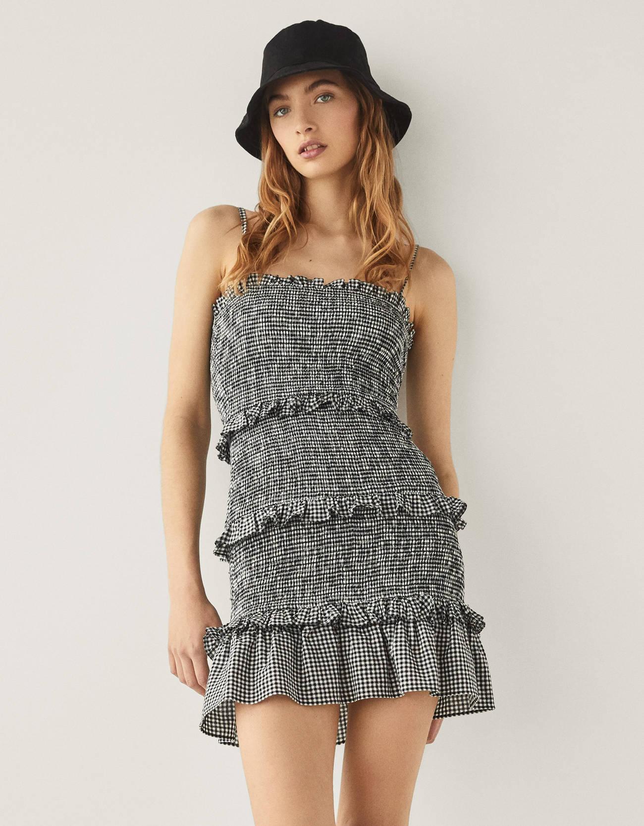 Vestido corto con volantes y cuadro vichy. Tirante fino, escote recto y fit ajustado por goma canilla.