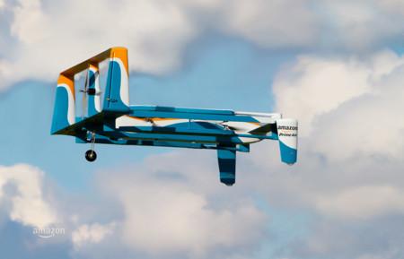 Amazon patenta un sistema para que sus drones puedan repostar en farolas y campanarios
