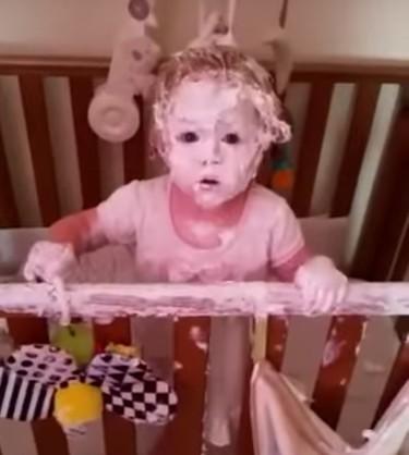 Cuando mamá llega porque sus hijas están muy calladas y descubre el pastel