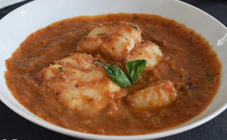 Bacalao en salsa de tomate, berenjena y albahaca: receta saludable