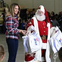 Melania Trump reparte regalos de Navidad con una chaqueta a cuadros que vas a querer pedirle a los Reyes Magos