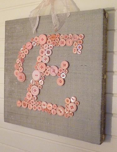 Una buena idea: un cuadro de la inicial de tu bebé con botones
