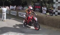 KTM 1290 Super Duke R trotando por el Goodwood Festival of Speed