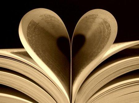 El amor florece entre los libros
