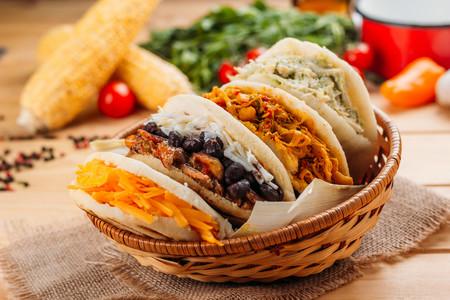 Arepas, el plato típico de Venezuela y Colombia: cómo hacerlas y cuáles son los mejores rellenos