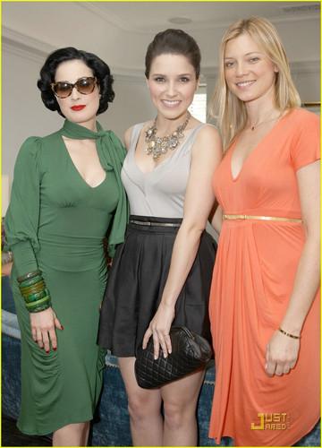 Dita Von Teese y Sophia Bush en el desayuno en honor a Rachel Pally