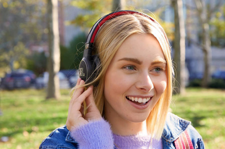 ¿Cansado de tener que recargar tus auriculares? Los JBL Reflect Eternal prometen estar siempre listos gracias a la recarga solar