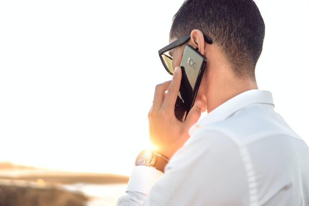 No más música de ascensor: Google Assistant ya puede atender una llamada en espera y avisarnos cuando nos atienda un operador