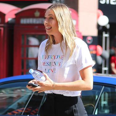 Esta es la camiseta que Victoria Beckham ha diseñado en apoyo a la comunidad LGTBI que ya se ha agotado
