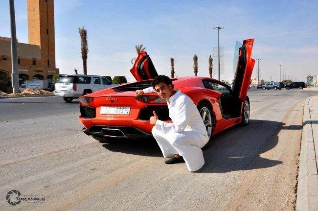 Dhiaa Al-Essa con su Lamborghini Aventador