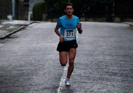 Al correr: no cruces los brazos por delante del pecho