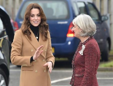 Kate Middleton apuesta por un abrigo de Massimo Dutti (de rebajas en tienda) y una falda de Zara en su último look con un gran resultado