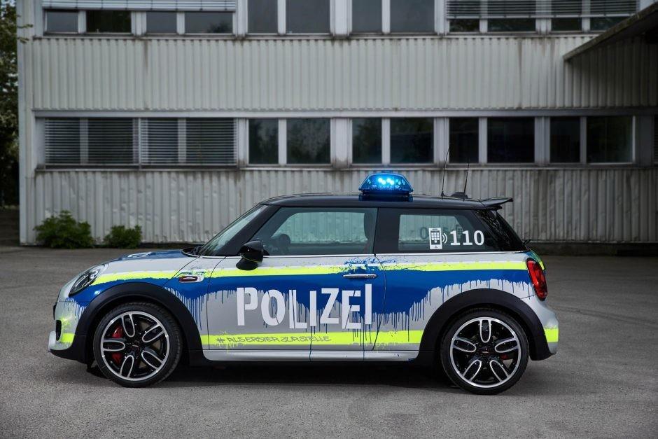 Foto de Mini JCW vestido como auto de policía (1/7)