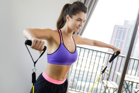 Un entrenamiento rápido con gomas elásticas para todo tu cuerpo en 30 minutos