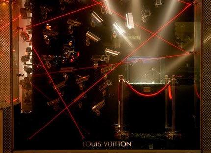 La colección de Louis Vuitton Damier Graphite atrae hasta a la policía