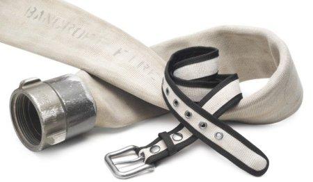 Un cinturón fabricado con manguera de bombero reciclada