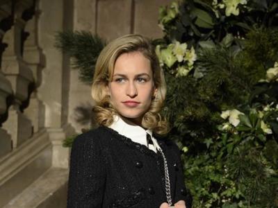 Y las medias de rejilla se volvieron elegantes, lo dicen las invitadas VIP del desfile de Chanel