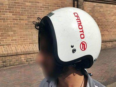 """Escasamente bien multado: 200 euros por usar el casco al revés """"porque tengo una espinilla"""""""