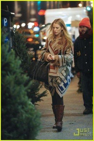 Copia el look de Blake Lively para comprar en Navidad en Zara y Mango: ¡más capas!