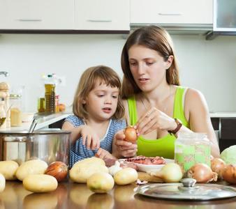 Cocinar con ni os beb s y m s - Nina cocinando ...