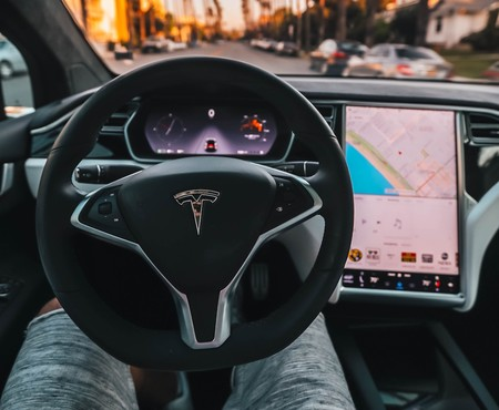 Tesla afirma que sus coches con Autopilot tuvieron menos accidentes que cuando son conducidos por humanos