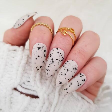 Las uñas que imitan el efecto moteado de la cáscara de huevo son tendencia y estos 11 diseños prueban lo genial que queda