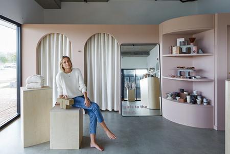Grandes curvas y colores femeninos, así es el interiorismo de la tienda Nikkou Store en Australia