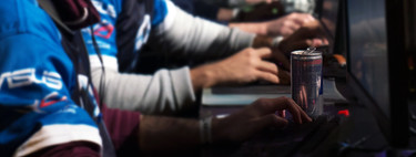 Las bebidas energéticas están teniendo barra libre en los videojuegos (y sólo ahí)