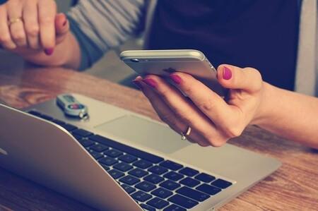 Los trabajadores que utilizan su smartphone para tomar descansos breves no reducen el aburrimiento o la fatiga