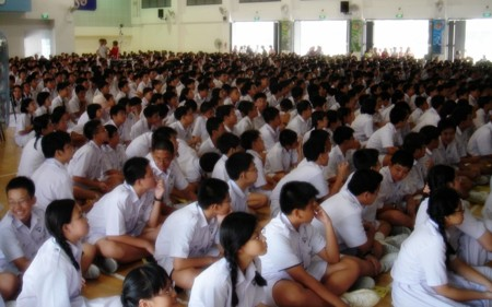 Students Of Nan Hua High School Singapore In The School Hall 20060127