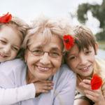 El triste escrito de una anciana que demuestra que hemos creado una sociedad sin tiempo para los niños ni para los mayores