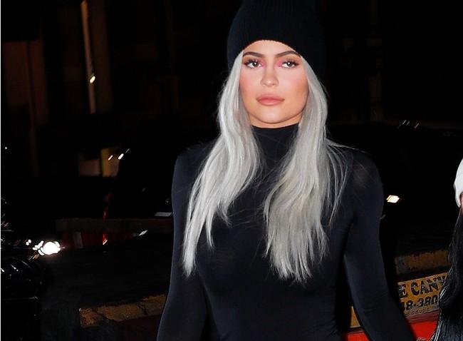 Kylie Jenner nos inspira para combinar un pantalón de charol a golpe de básicos