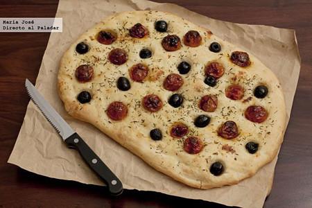 Focaccia de aceitunas y tomates confitados, receta fácil para perder el miedo a hacer pan