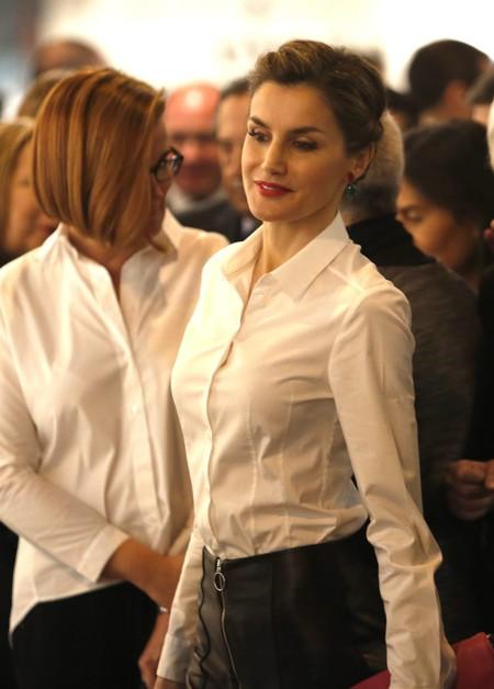 Doña Letizia se apunta a la moda de los pantalones 'culotte' en ARCO