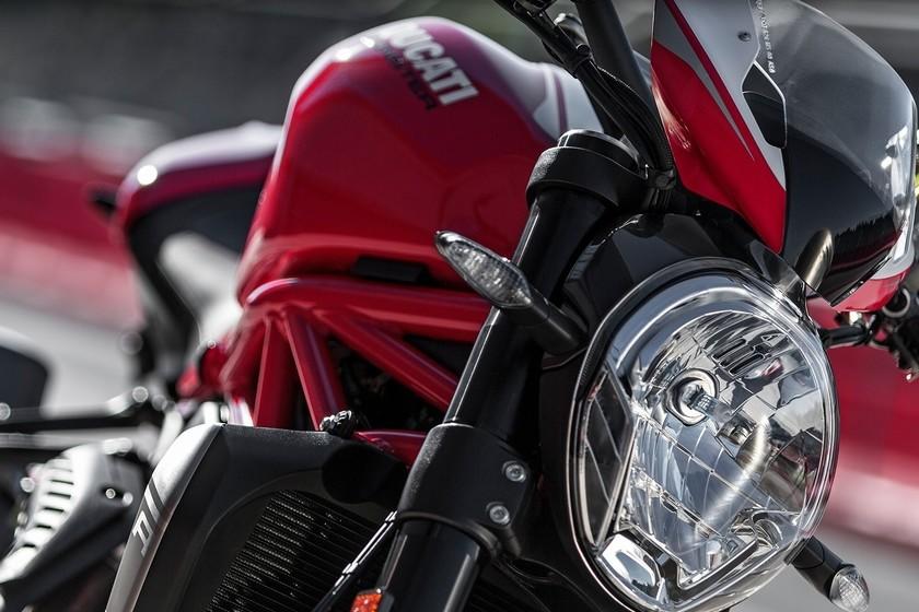 La Ducati Monster cumple 25 años: repasamos toda su historia en las bodas de plata del monstruo