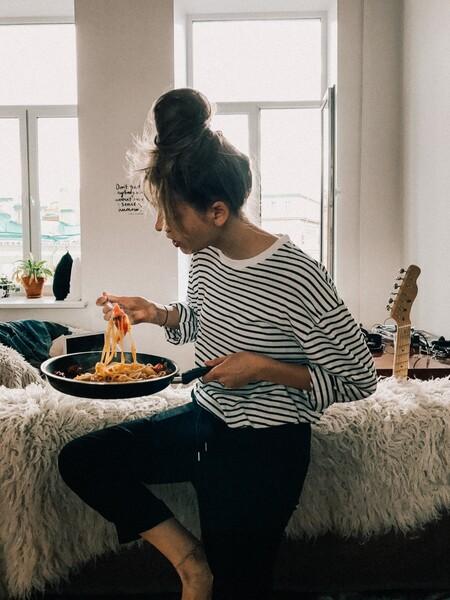 Ahora que las restricciones horarias nos limitan, podemos aprovechar todos los beneficios de cenar pronto: desde perder peso hasta dormir mejor