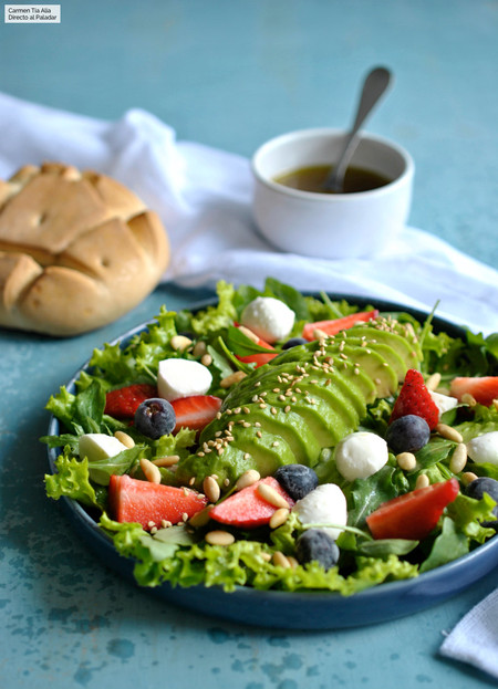 Ensalada de aguacate, fresas y mozzarella: receta fácil y rápida para una cena ligera