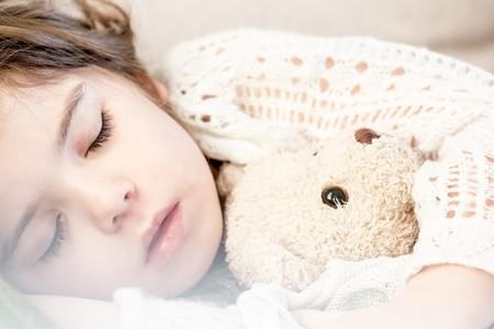 Acostar temprano a los niños tiene beneficios para ellos, y para los padres: lo dice la ciencia