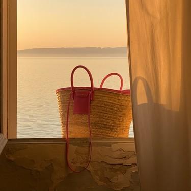 Clonados y pillados: la cesta de Jacquemus es la favorita de las chicas de moda, y Pull & Bear lanza una versión parecida low-cost