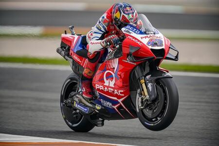 Joan Mir empieza fuera de la Q2 y con caída en unos entrenamientos de MotoGP liderados por Jack Miller