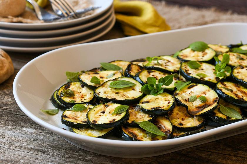 Calabacín marinado con ajo y albahaca: el entrante (o guarnición) más sabroso del verano