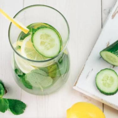 Beneficios del agua de pepino y cómo preparar esta bebida antioxidante