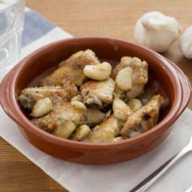 Alitas de pollo en salsa de 40 dientes de ajo, receta fácil y rápida