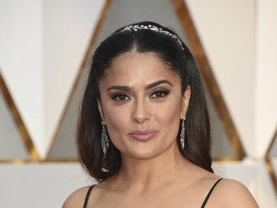 Y el Oscar 2017 para el escote más llamativo (y vulgar) es para... Salma Hayek