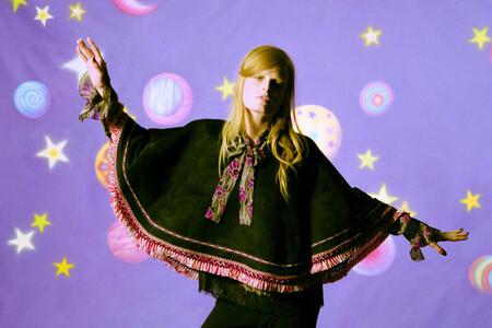 La colección otoño-invierno 2021 de Anna Sui es una oda a la estética psicodélica y fantástica de los años 60
