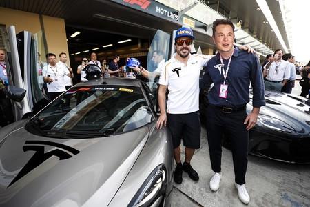 Tesla hace su entrada triunfal en la Fórmula 1, ¡con Fernando Alonso y Elon Musk como pilotos!