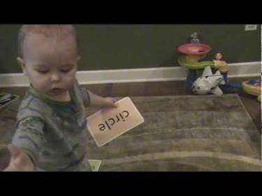 El bebé de 16 meses que ya sabe leer ¿o no?