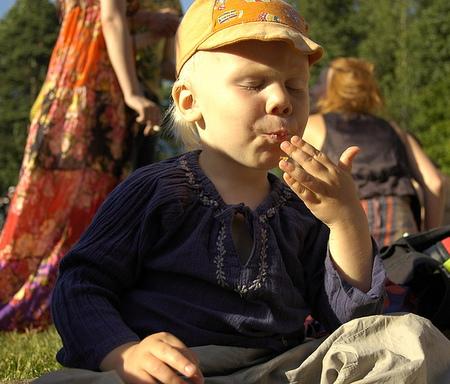 Alimentos de otoño, niño comiendo